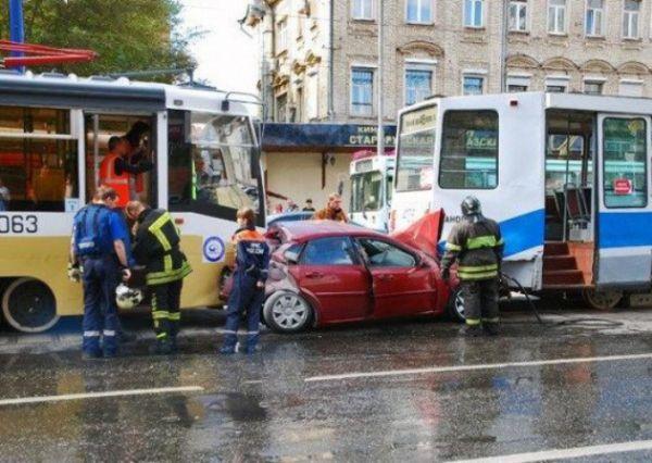 Почему при нарушении контакта между трамвайной